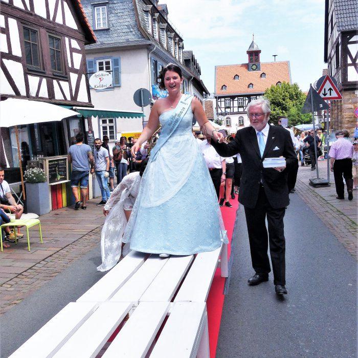Die Quellenkönigin auf dem Straßenfest